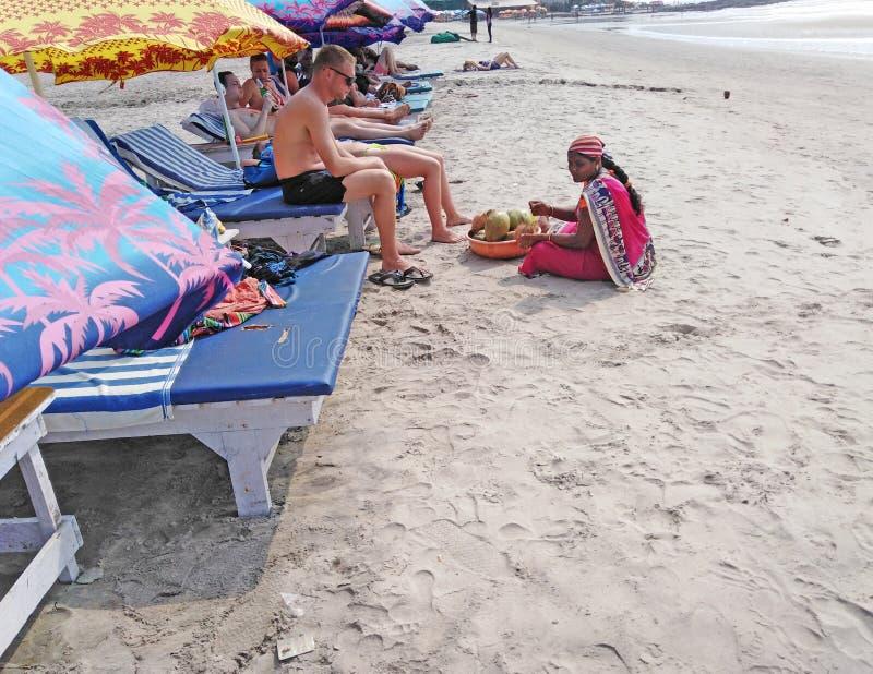 Donna indiana che vende le noci di cocco sulla spiaggia, GOA fotografia stock libera da diritti