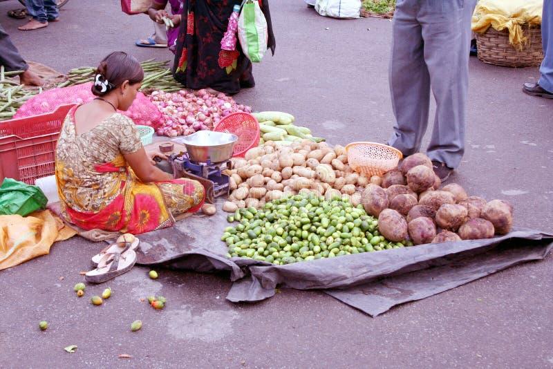 Donna indiana che vende le verdure fotografie stock