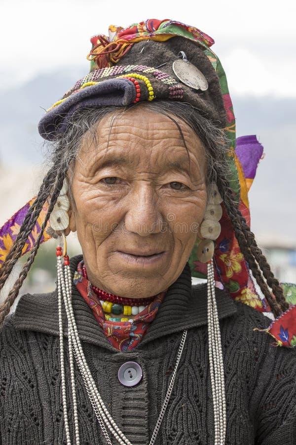 Donna indiana del mendicante sulla via in Leh, Ladakh L'India immagini stock libere da diritti