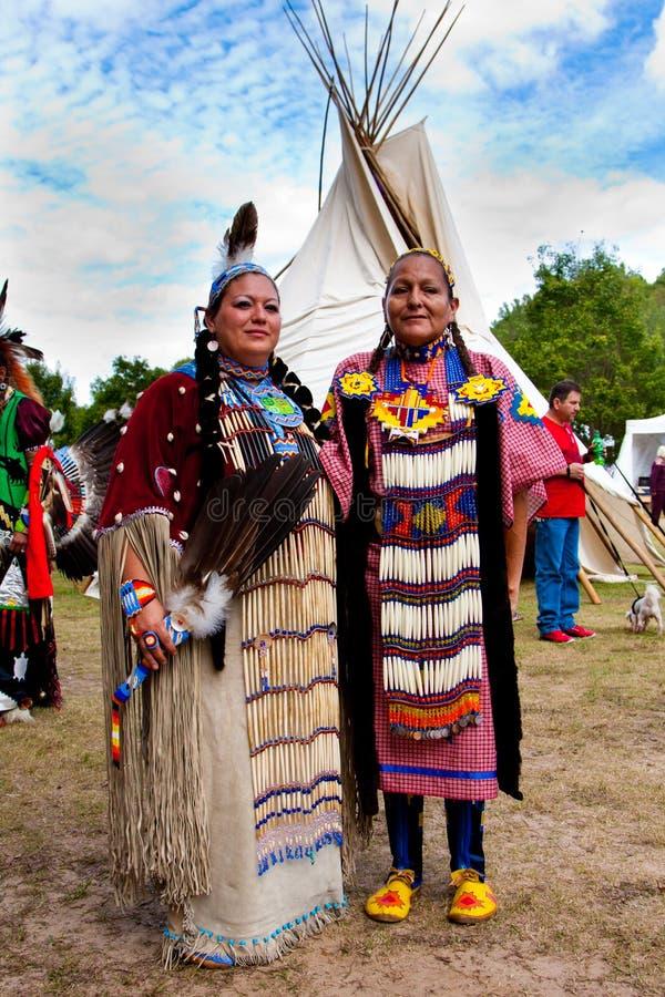 Donna indiana del nativo americano davanti ai tipi fotografie stock