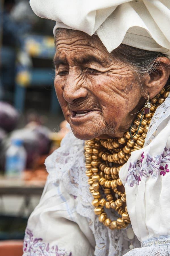 Donna indiana dell'Ecuador Otavalo in vestiti nazionali immagine stock