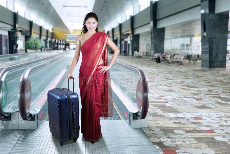 Donna indiana nel corridoio dell'aeroporto fotografia stock