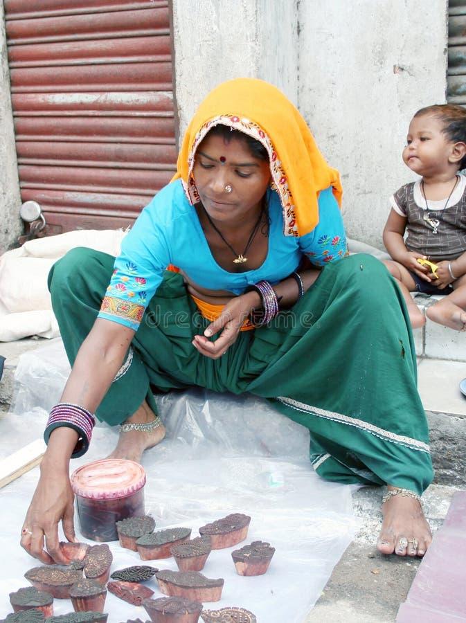 Donna indiana nel servizio di via fotografia stock