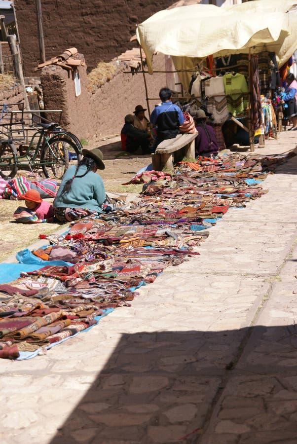 Donna indiana Quechua che vende le coperte immagine stock libera da diritti