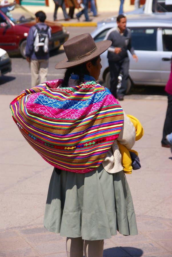 Donna indiana quechua con lo zaino variopinto fotografie stock libere da diritti