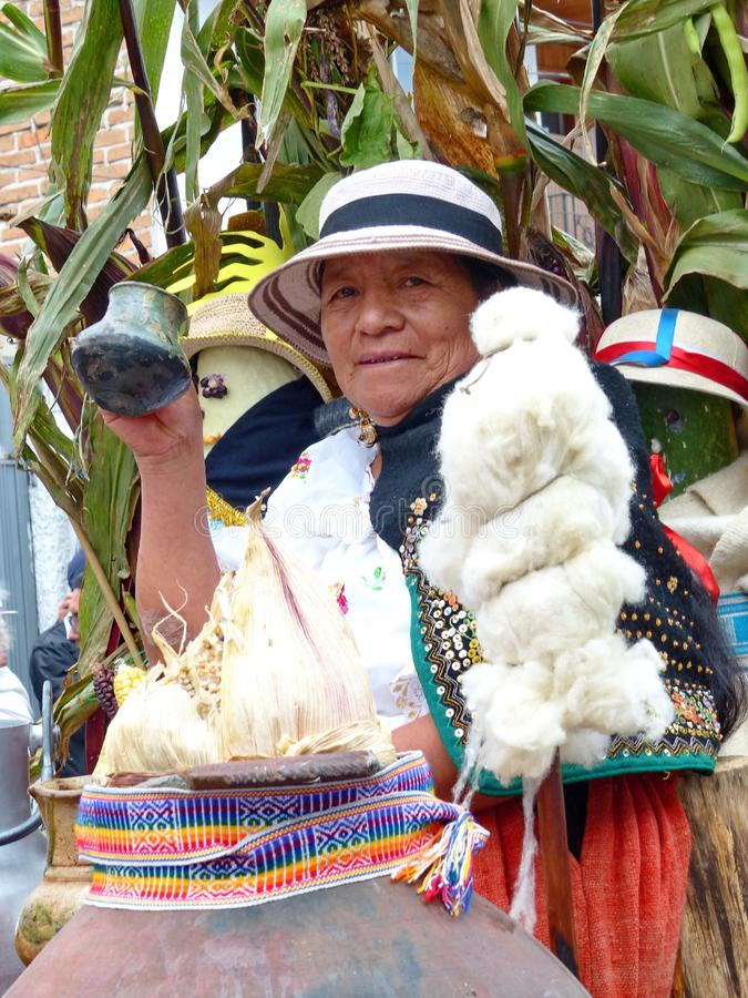 Donna indigena con il vello per la filatura, Ecuador della lana immagini stock libere da diritti