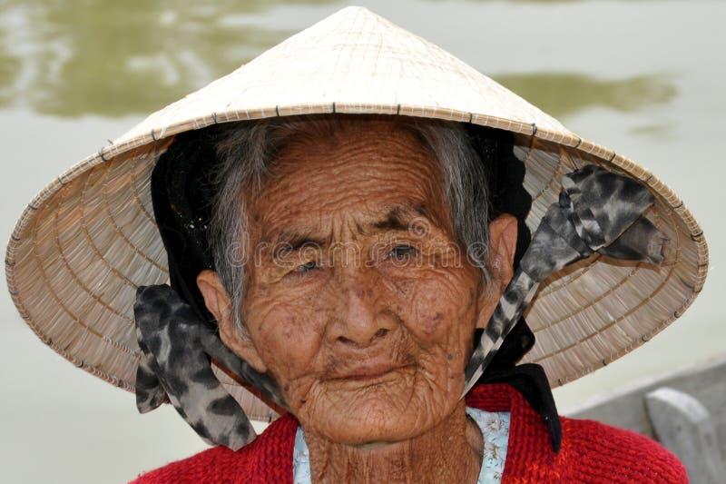 Donna indigena molto anziana dal Vietnam con il cappello tradizionale immagini stock