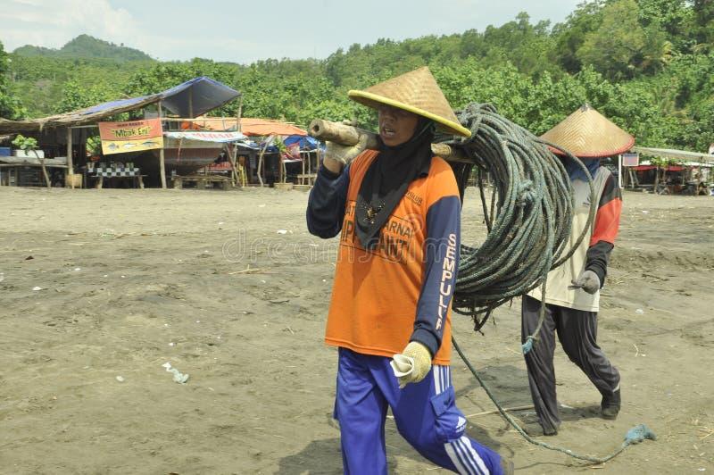 Donna indonesiana della spiaggia di Sidem dei pescatori fotografie stock