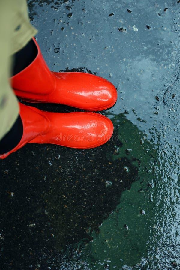 Stivali Di Gomma D'uso Dell'uomo Facendo Uso Di Pressione Di