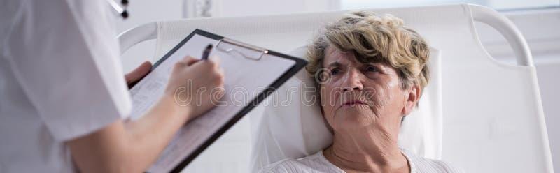 Donna infelice che degenza in ospedale fotografie stock
