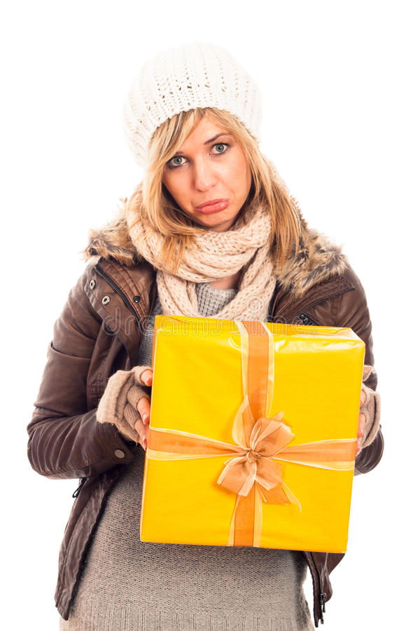 Donna infelice con il contenitore di regalo fotografia stock