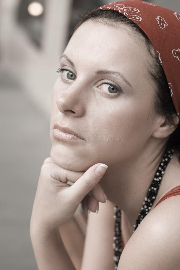 Donna infelice in kerchief rosso immagine stock