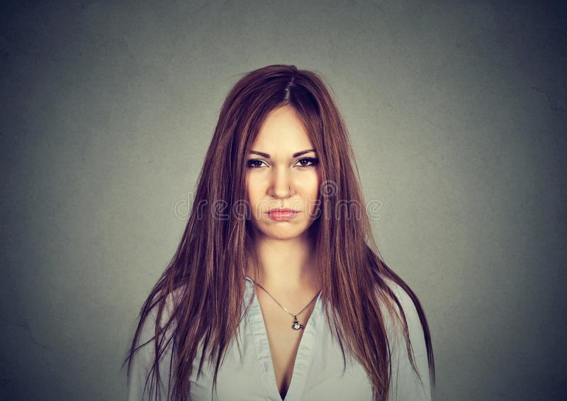 Donna infelice scontrosa che esamina macchina fotografica fotografia stock libera da diritti