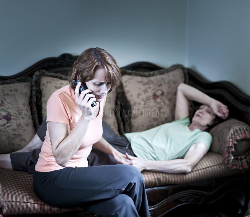 Donna interessata con la madre ammalata immagini stock