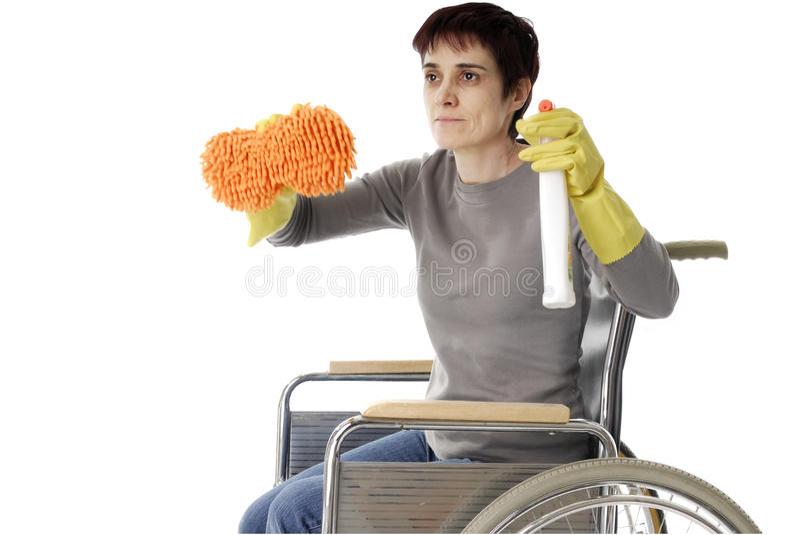Donna invalida in sedia a rotelle che fa pulizia fotografia stock libera da diritti