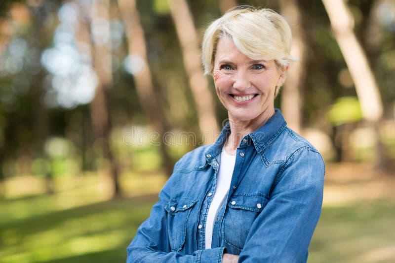 Download Donna invecchiata centrale immagine stock. Immagine di armi - 55351131