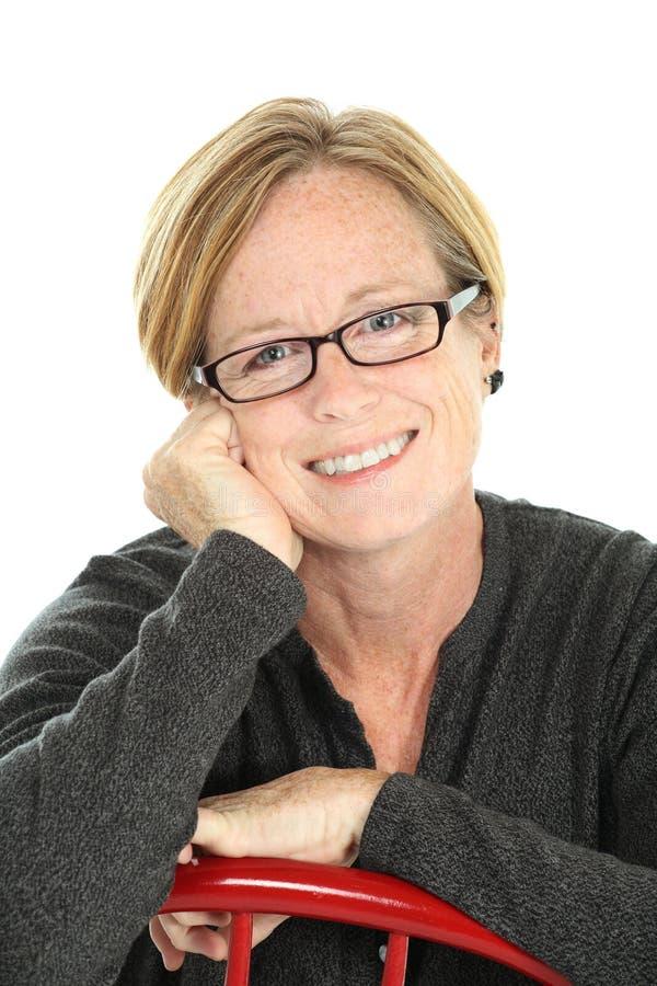 Donna invecchiata centrale sorridente immagine stock libera da diritti