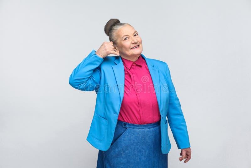 Donna invecchiata che mostra il segno della call center immagini stock libere da diritti