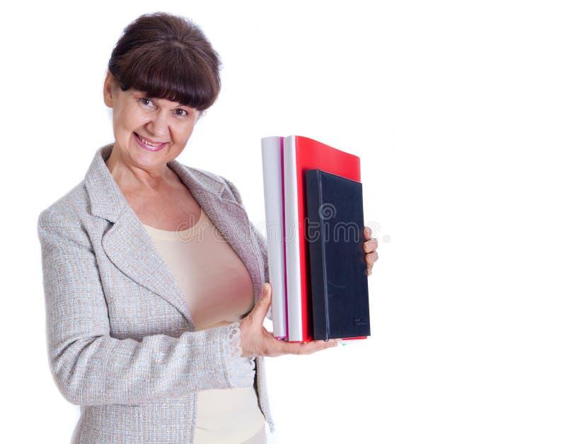 Donna invecchiata che posa come un impiegato di concetto, amministratore, segretario Ritratto contro di fondo bianco fotografia stock libera da diritti