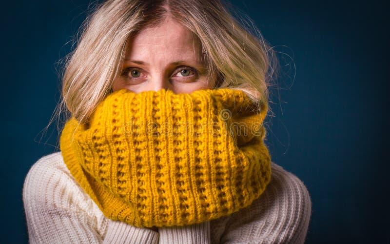 Donna invecchiata media con il primo piano dei vestiti di inverno di sguardo fisso di piercing Fe fotografia stock