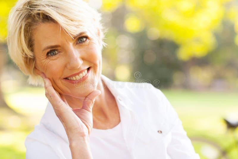 Donna invecchiata mezzo fotografie stock libere da diritti