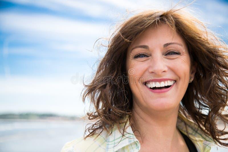 Donna invecchiata mezzo di risata fotografia stock libera da diritti