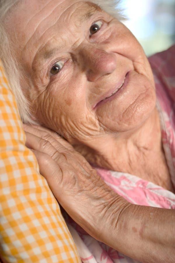 Donna invecchiata sorridente fotografia stock libera da diritti
