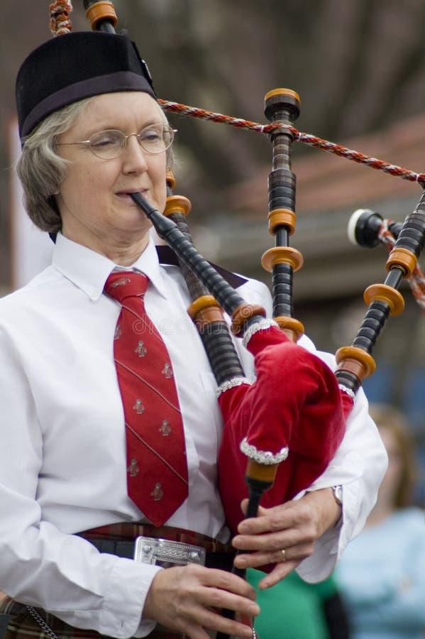 Donna irlandese che gioca i Bagpipes immagine stock libera da diritti
