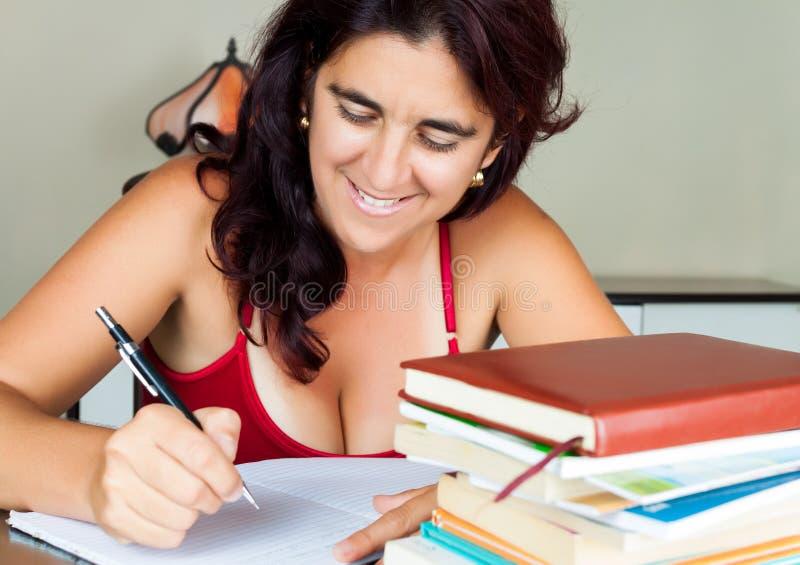 Donna ispanica adulta che studia nel paese immagine stock libera da diritti