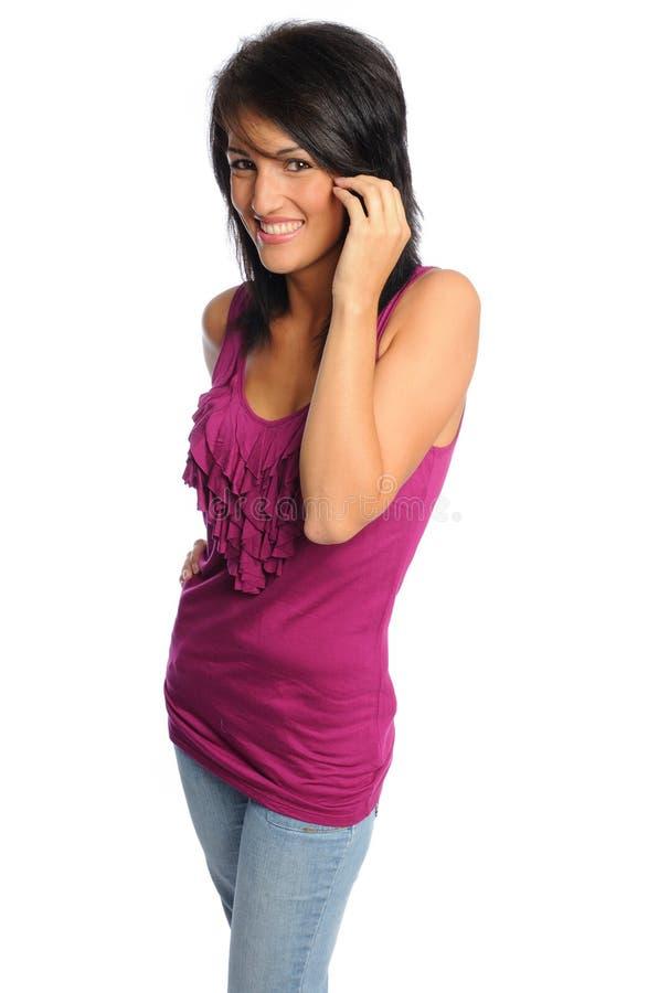 Donna ispanica attraente in camicia luminosa immagini stock libere da diritti