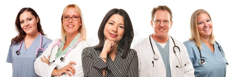 Donna ispanica con i medici maschii e femminili fotografia stock