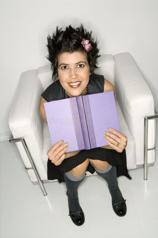 Donna ispanica con il libro. fotografia stock libera da diritti