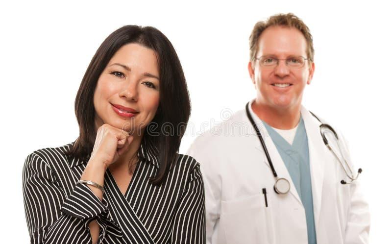 Donna ispanica con il medico o l'infermiera maschio fotografia stock