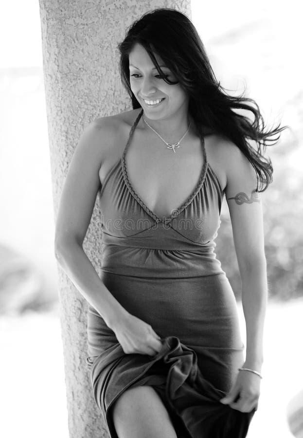 Donna ispanica sorridente sexy fotografie stock libere da diritti