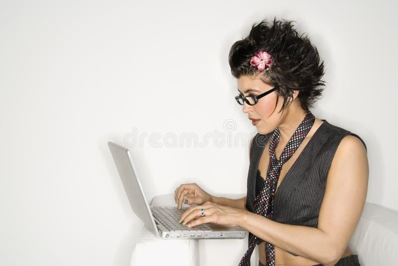 Donna ispanica sul computer portatile. immagini stock libere da diritti