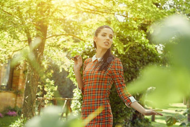 Donna italiana di modo in giardino soleggiato immagine stock