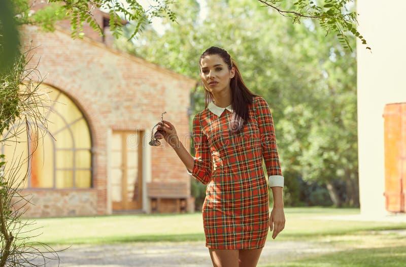 Donna italiana di modo in giardino soleggiato fotografia stock libera da diritti