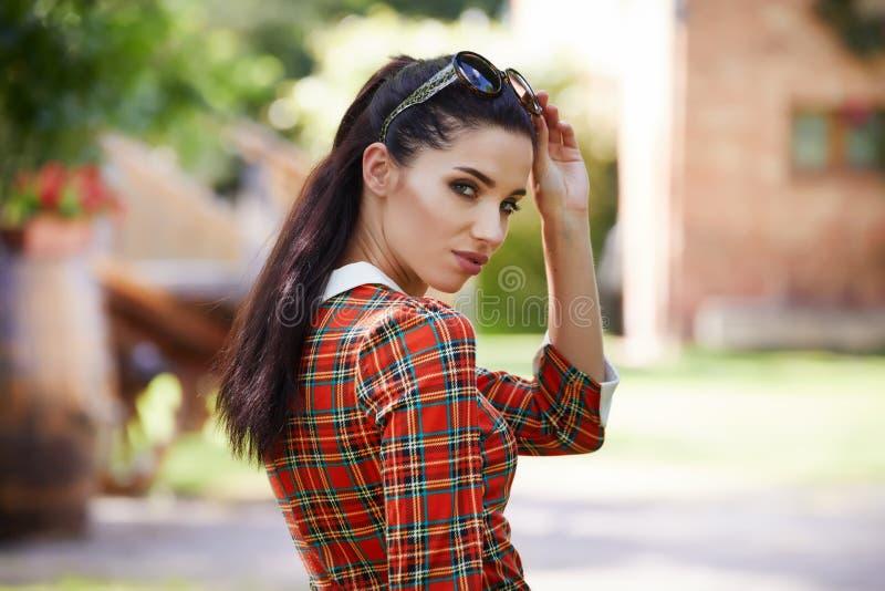 Donna italiana di modo in giardino soleggiato fotografie stock