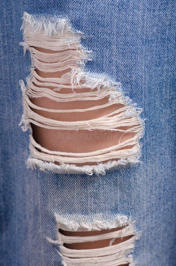 Donna in jeans lacerati macro immagine stock