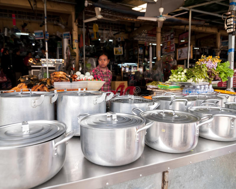 Donna khmer che vende il mercato dell'alimento Siem Reap, Cambogia fotografie stock