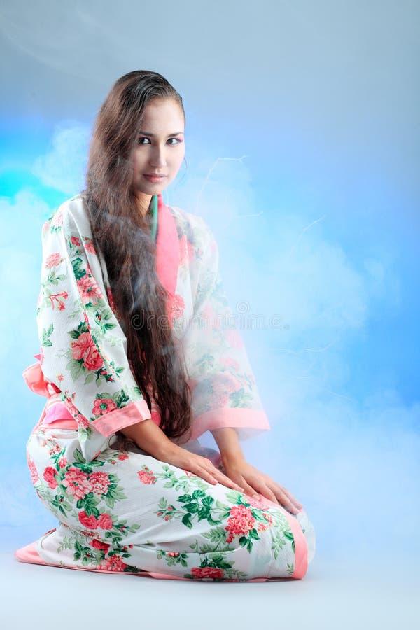 Donna in kimono immagini stock