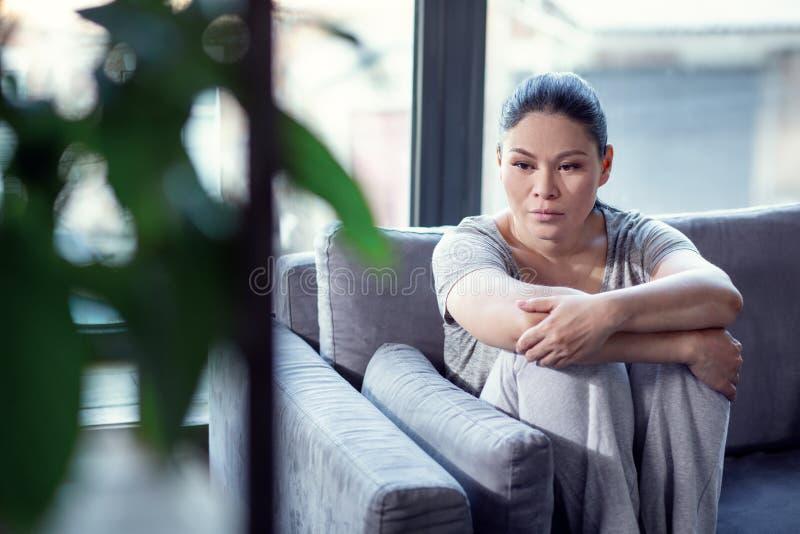 Donna lamentevole condannata che tratta depressione immagine stock libera da diritti