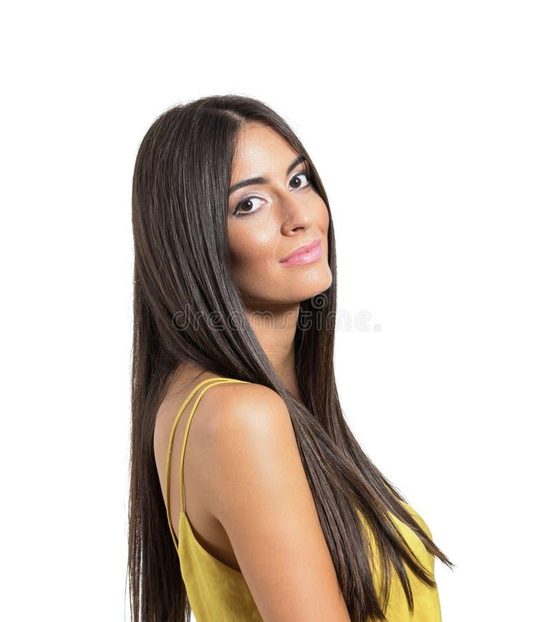Donna latina sorridente dei bei giovani con capelli lunghi immagine stock libera da diritti