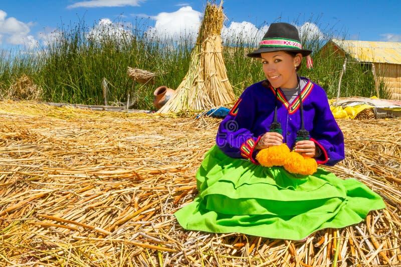 Donna latina in vestiti nazionali. Il Perù. s. america immagini stock