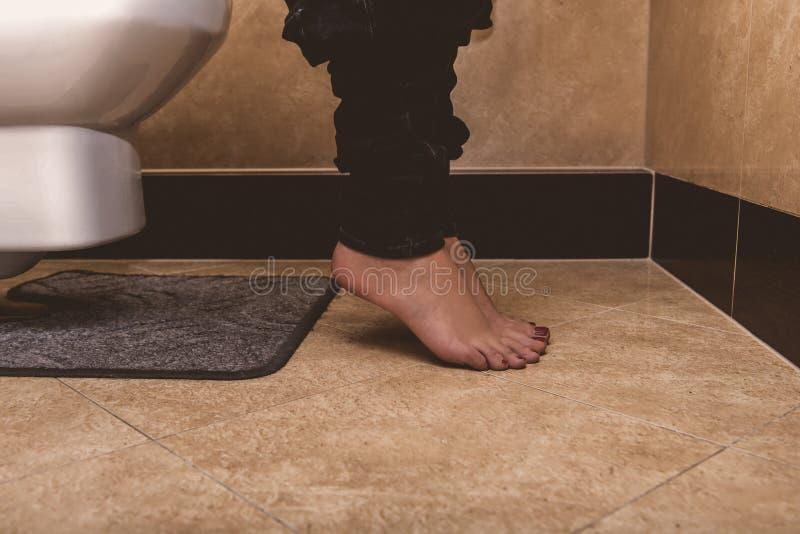 Donna in lavabo, diarrea fotografia stock libera da diritti