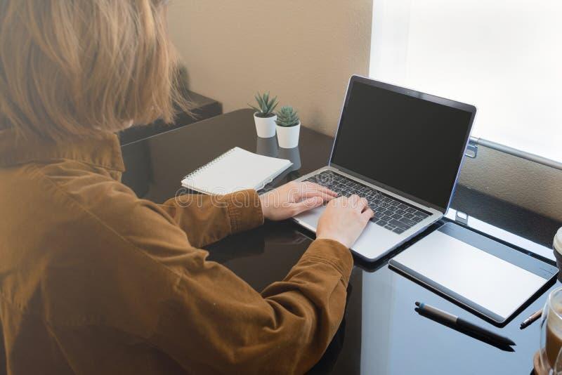 Donna lavora a casa o in remoto per il virus corona o per la pandemia 19 freelancer creativo che lavora e lavora online immagini stock libere da diritti