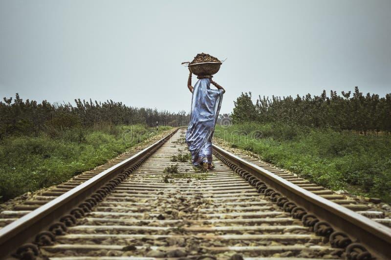 Donna lavorante dell'indiano del villaggio fotografia stock