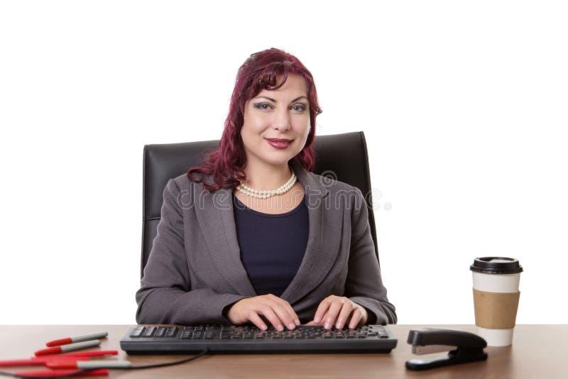 Donna lavoratrice allo scrittorio fotografie stock