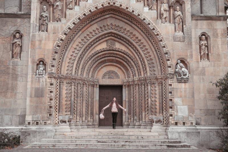 Donna libera del viaggiatore davanti alla cappella di Jak in Vajdahunya immagini stock