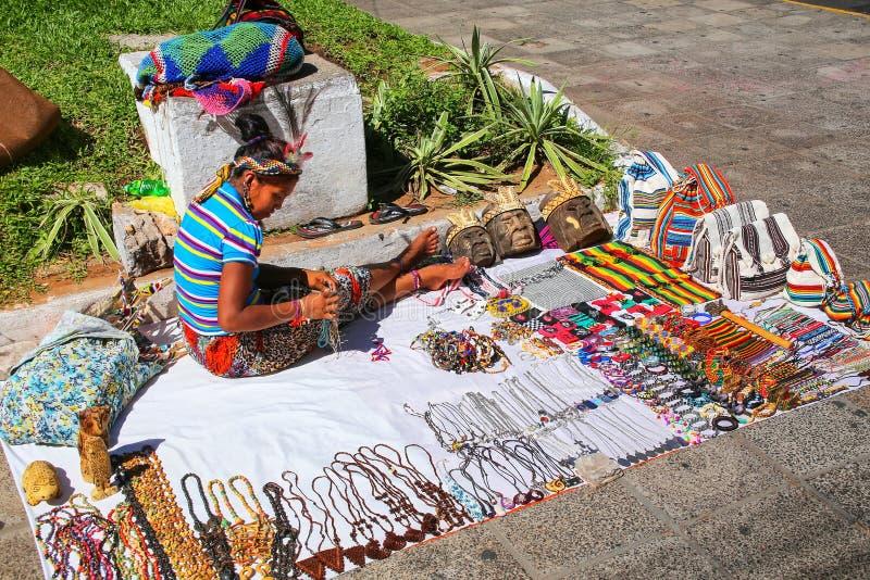 Donna locale che vende i ricordi nella via di Asuncion, Paragua immagini stock